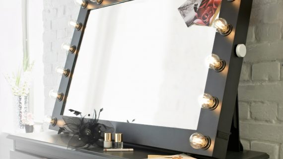 The Best Mirror for Applying Make Up